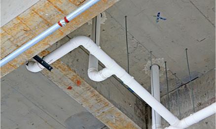 水道法によって年1回以上の定期清掃が義務づけられています